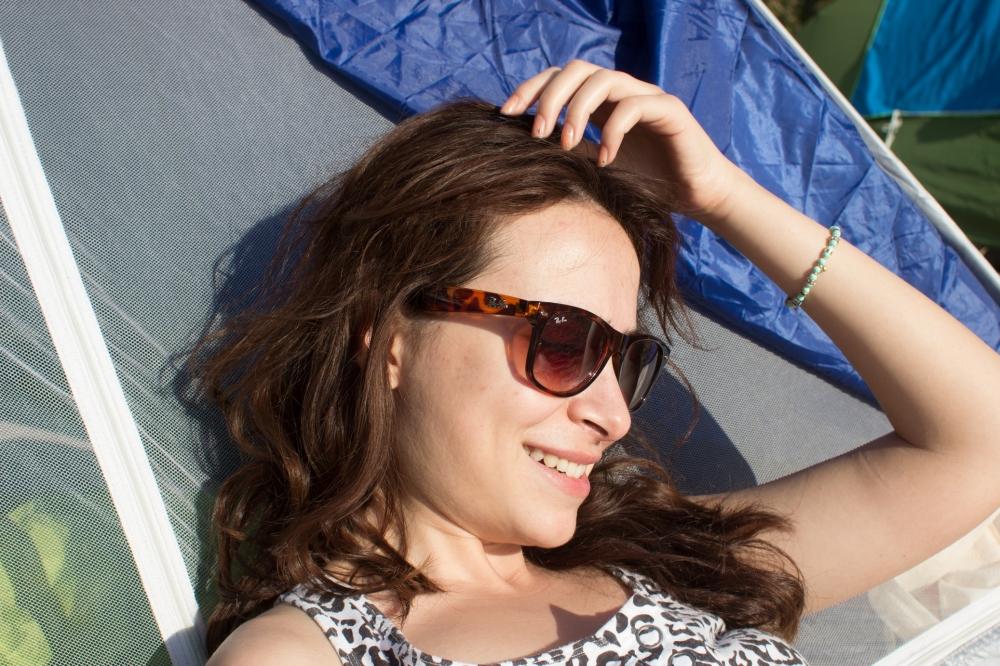 Çadırıma yaslanmış kitabımı okurken